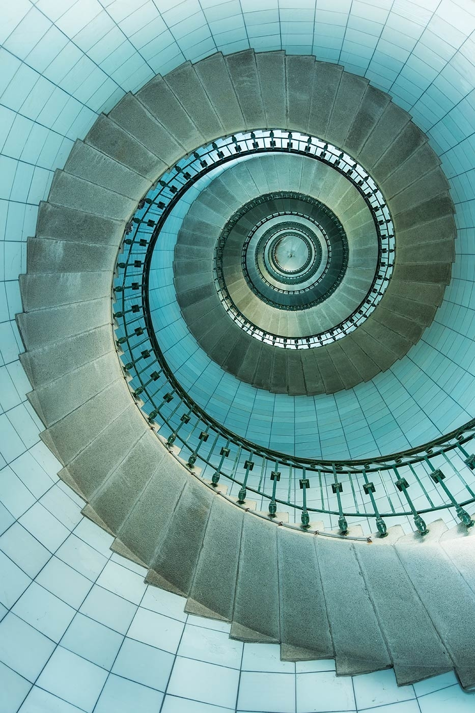 With the stairs just a few feet away, this spiral staircase was shot at f8, yet its tack sharp from the edges to the centre some 70foot up.